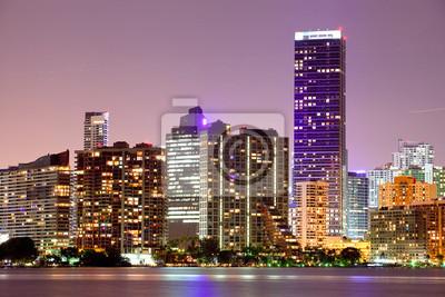 Постер Майами Майами, Флорида зданий город ночьюМайами<br>Постер на холсте или бумаге. Любого нужного вам размера. В раме или без. Подвес в комплекте. Трехслойная надежная упаковка. Доставим в любую точку России. Вам осталось только повесить картину на стену!<br>