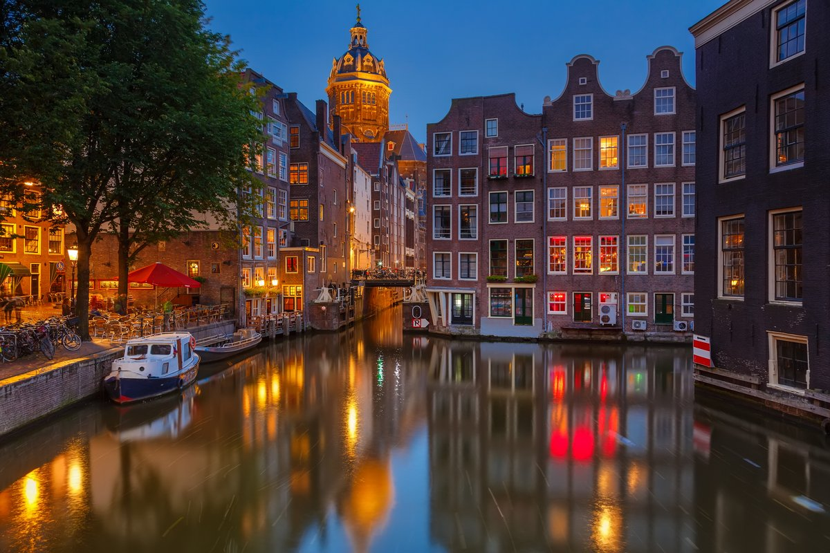Постер Голландия Амстердам ночьюГолландия<br>Постер на холсте или бумаге. Любого нужного вам размера. В раме или без. Подвес в комплекте. Трехслойная надежная упаковка. Доставим в любую точку России. Вам осталось только повесить картину на стену!<br>