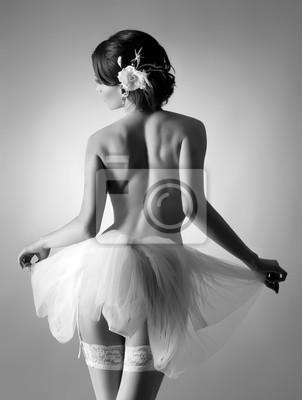 Постер Балет Молодая и сексуальная голая балерина в белом платьеБалет<br>Постер на холсте или бумаге. Любого нужного вам размера. В раме или без. Подвес в комплекте. Трехслойная надежная упаковка. Доставим в любую точку России. Вам осталось только повесить картину на стену!<br>