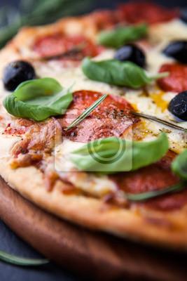 Крупным планом пицца с салями и травами, 20x30 см, на бумагеРесторан, кафе<br>Постер на холсте или бумаге. Любого нужного вам размера. В раме или без. Подвес в комплекте. Трехслойная надежная упаковка. Доставим в любую точку России. Вам осталось только повесить картину на стену!<br>