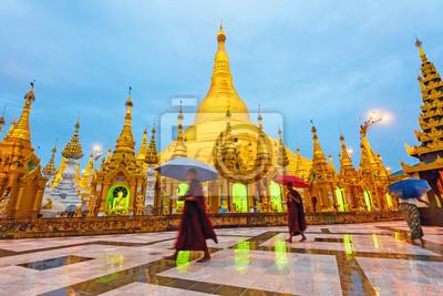 Постер Мьянма (Бирма) Shwedagon Pagoda рано утром, в Янгон, Мьянма.Мьянма (Бирма)<br>Постер на холсте или бумаге. Любого нужного вам размера. В раме или без. Подвес в комплекте. Трехслойная надежная упаковка. Доставим в любую точку России. Вам осталось только повесить картину на стену!<br>