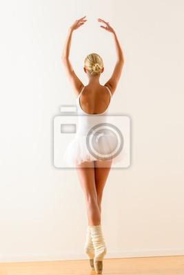 Балерина позу из-за танцами в студии, 20x30 см, на бумагеБалет<br>Постер на холсте или бумаге. Любого нужного вам размера. В раме или без. Подвес в комплекте. Трехслойная надежная упаковка. Доставим в любую точку России. Вам осталось только повесить картину на стену!<br>
