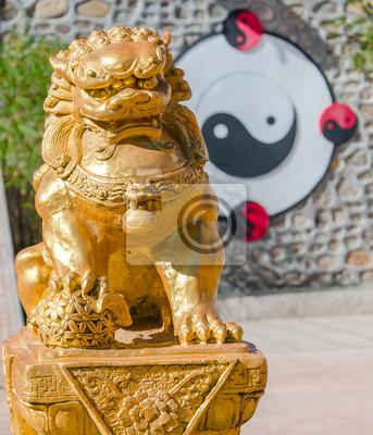 Постер Пекин Золото китайский Лев скульптуры с фоне Инь и ЯнПекин<br>Постер на холсте или бумаге. Любого нужного вам размера. В раме или без. Подвес в комплекте. Трехслойная надежная упаковка. Доставим в любую точку России. Вам осталось только повесить картину на стену!<br>