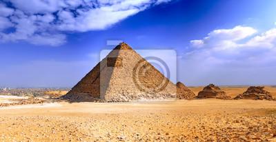 Постер Пейзаж песчаный Великие Пирамиды Гизы. ЕгипетПейзаж песчаный<br>Постер на холсте или бумаге. Любого нужного вам размера. В раме или без. Подвес в комплекте. Трехслойная надежная упаковка. Доставим в любую точку России. Вам осталось только повесить картину на стену!<br>