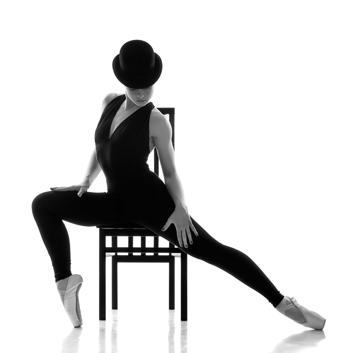 Постер Деятельность Красивая, молодая балерина, сидя на стуле., 20x20 см, на бумагеБалет<br>Постер на холсте или бумаге. Любого нужного вам размера. В раме или без. Подвес в комплекте. Трехслойная надежная упаковка. Доставим в любую точку России. Вам осталось только повесить картину на стену!<br>