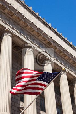 Постер Вашингтон Американский флаг в Министерстве торговли здание в СтиральнаяВашингтон<br>Постер на холсте или бумаге. Любого нужного вам размера. В раме или без. Подвес в комплекте. Трехслойная надежная упаковка. Доставим в любую точку России. Вам осталось только повесить картину на стену!<br>