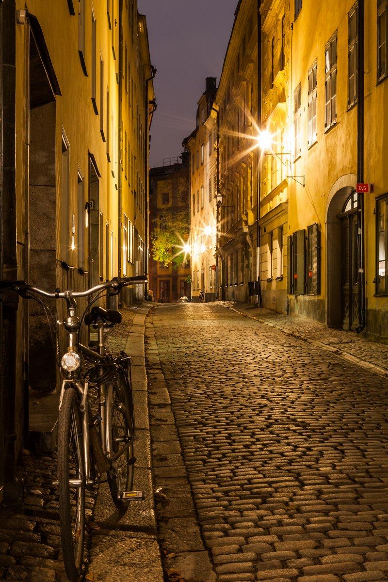 Постер Стокгольм Пустой улице в Стокгольме Старого города в ночное время.Стокгольм<br>Постер на холсте или бумаге. Любого нужного вам размера. В раме или без. Подвес в комплекте. Трехслойная надежная упаковка. Доставим в любую точку России. Вам осталось только повесить картину на стену!<br>