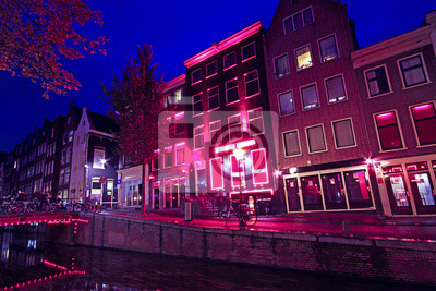 Постер Нидерланды Район красных фонарей в Амстердаме, НидерландыНидерланды<br>Постер на холсте или бумаге. Любого нужного вам размера. В раме или без. Подвес в комплекте. Трехслойная надежная упаковка. Доставим в любую точку России. Вам осталось только повесить картину на стену!<br>