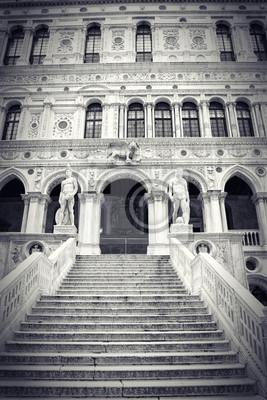 Постер Венеция Мраморной лестнице во дворе Палаццо ДукалеВенеция<br>Постер на холсте или бумаге. Любого нужного вам размера. В раме или без. Подвес в комплекте. Трехслойная надежная упаковка. Доставим в любую точку России. Вам осталось только повесить картину на стену!<br>