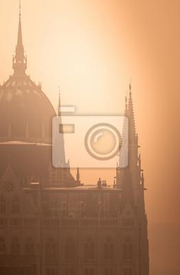 Постер Будапешт Венгерский парламент в туманеБудапешт<br>Постер на холсте или бумаге. Любого нужного вам размера. В раме или без. Подвес в комплекте. Трехслойная надежная упаковка. Доставим в любую точку России. Вам осталось только повесить картину на стену!<br>