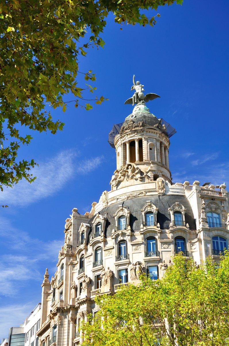 Постер Барселона Красивое историческое здание в Барселоне. Испания.Барселона<br>Постер на холсте или бумаге. Любого нужного вам размера. В раме или без. Подвес в комплекте. Трехслойная надежная упаковка. Доставим в любую точку России. Вам осталось только повесить картину на стену!<br>