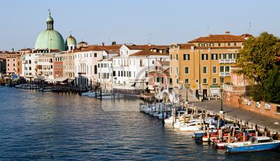 Постер Венеция Гондола парковка и городской пейзаж ВенецииВенеция<br>Постер на холсте или бумаге. Любого нужного вам размера. В раме или без. Подвес в комплекте. Трехслойная надежная упаковка. Доставим в любую точку России. Вам осталось только повесить картину на стену!<br>