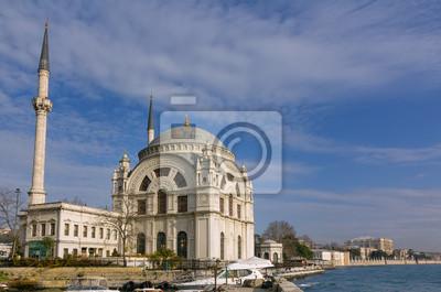 Постер Стамбул Долмабахче Мечеть, Стамбул, ТурцияСтамбул<br>Постер на холсте или бумаге. Любого нужного вам размера. В раме или без. Подвес в комплекте. Трехслойная надежная упаковка. Доставим в любую точку России. Вам осталось только повесить картину на стену!<br>