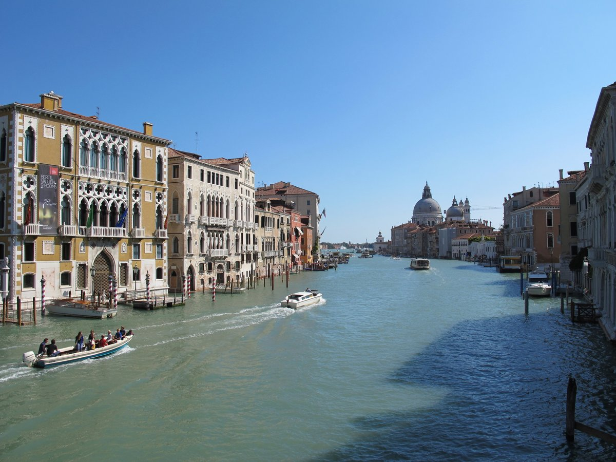 Постер Венеция Гранд Канал в Венеции и катеров, курсирующихВенеция<br>Постер на холсте или бумаге. Любого нужного вам размера. В раме или без. Подвес в комплекте. Трехслойная надежная упаковка. Доставим в любую точку России. Вам осталось только повесить картину на стену!<br>