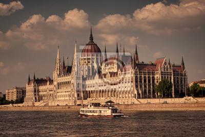 Постер Будапешт Старый стиль фото закат в Будапеште парламента ВенгрииБудапешт<br>Постер на холсте или бумаге. Любого нужного вам размера. В раме или без. Подвес в комплекте. Трехслойная надежная упаковка. Доставим в любую точку России. Вам осталось только повесить картину на стену!<br>