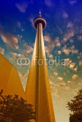 Постер Торонто ТОРОНТО - 29 ИЮНЯ: цвета Неба над CN Tower в летний день, июньТоронто<br>Постер на холсте или бумаге. Любого нужного вам размера. В раме или без. Подвес в комплекте. Трехслойная надежная упаковка. Доставим в любую точку России. Вам осталось только повесить картину на стену!<br>