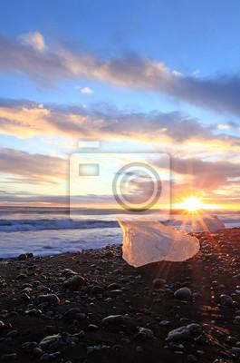 Постер Закаты Замороженные побережье в ИсландииЗакаты<br>Постер на холсте или бумаге. Любого нужного вам размера. В раме или без. Подвес в комплекте. Трехслойная надежная упаковка. Доставим в любую точку России. Вам осталось только повесить картину на стену!<br>