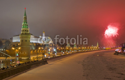 Постер Москва Москва, Салют возле Кремля в новогоднюю ночьМосква<br>Постер на холсте или бумаге. Любого нужного вам размера. В раме или без. Подвес в комплекте. Трехслойная надежная упаковка. Доставим в любую точку России. Вам осталось только повесить картину на стену!<br>