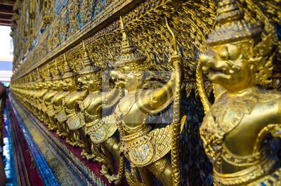 Постер Бангкок Золотая статуя птицыБангкок<br>Постер на холсте или бумаге. Любого нужного вам размера. В раме или без. Подвес в комплекте. Трехслойная надежная упаковка. Доставим в любую точку России. Вам осталось только повесить картину на стену!<br>