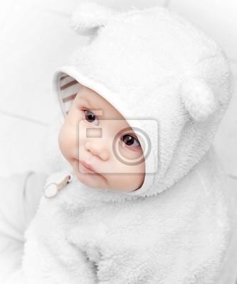 Постер Маленький ребенок в белый медведь костюм на белом фонеДети<br>Постер на холсте или бумаге. Любого нужного вам размера. В раме или без. Подвес в комплекте. Трехслойная надежная упаковка. Доставим в любую точку России. Вам осталось только повесить картину на стену!<br>