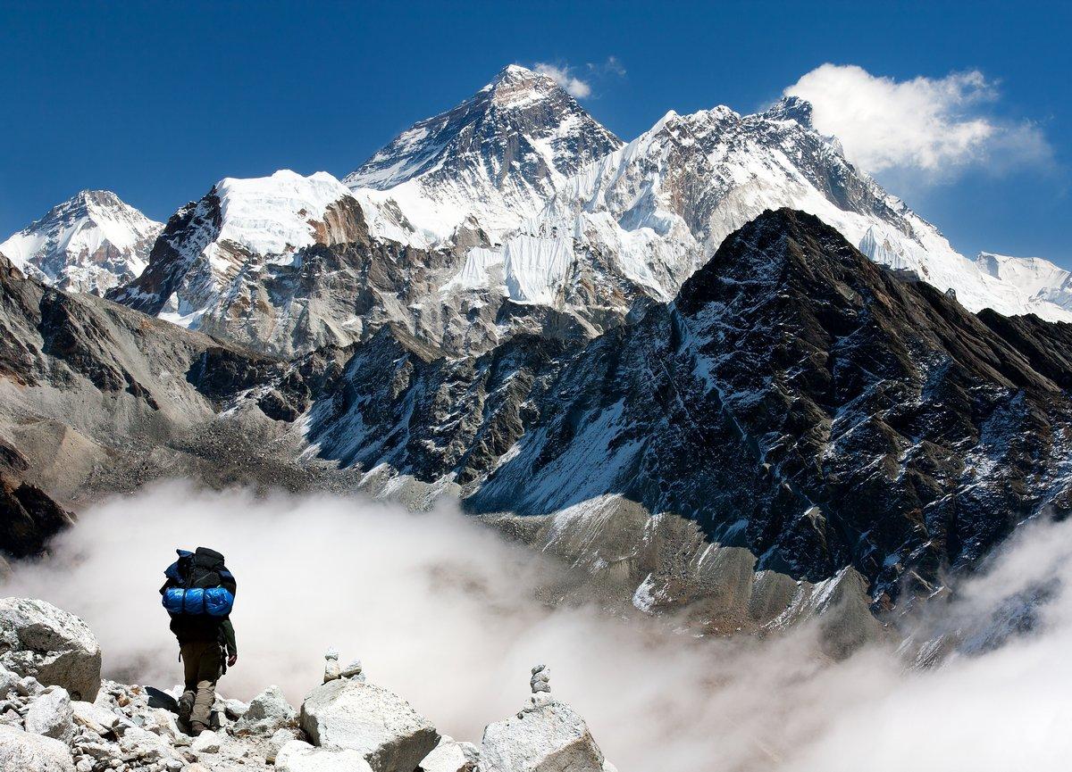 Постер Непал Вид на Эверест с Gokyo с туристическими по пути на ЭверестНепал<br>Постер на холсте или бумаге. Любого нужного вам размера. В раме или без. Подвес в комплекте. Трехслойная надежная упаковка. Доставим в любую точку России. Вам осталось только повесить картину на стену!<br>