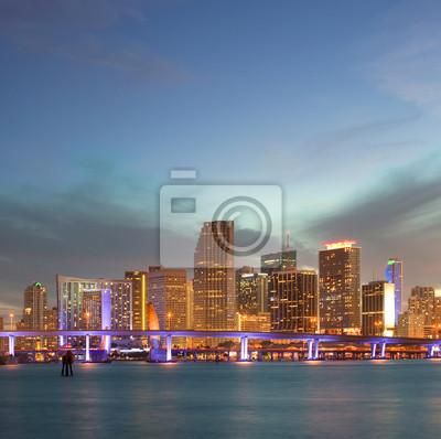 Постер Майами Майами, Флорида зданий Центральной части города на закатеМайами<br>Постер на холсте или бумаге. Любого нужного вам размера. В раме или без. Подвес в комплекте. Трехслойная надежная упаковка. Доставим в любую точку России. Вам осталось только повесить картину на стену!<br>