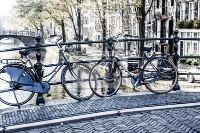 Постер Нидерланды Амстердам, Канал и велосипед. Голландии.Нидерланды<br>Постер на холсте или бумаге. Любого нужного вам размера. В раме или без. Подвес в комплекте. Трехслойная надежная упаковка. Доставим в любую точку России. Вам осталось только повесить картину на стену!<br>
