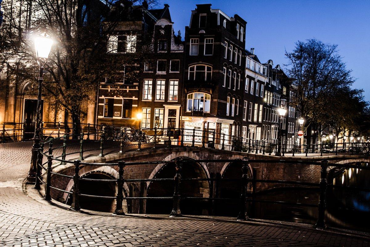 Амстердам ночью, Нидерланды, 30x20 см, на бумагеГолландия<br>Постер на холсте или бумаге. Любого нужного вам размера. В раме или без. Подвес в комплекте. Трехслойная надежная упаковка. Доставим в любую точку России. Вам осталось только повесить картину на стену!<br>