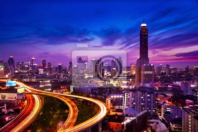 Постер Бангкок Трафик в современный город ночью, Бангкок, ТаиландБангкок<br>Постер на холсте или бумаге. Любого нужного вам размера. В раме или без. Подвес в комплекте. Трехслойная надежная упаковка. Доставим в любую точку России. Вам осталось только повесить картину на стену!<br>
