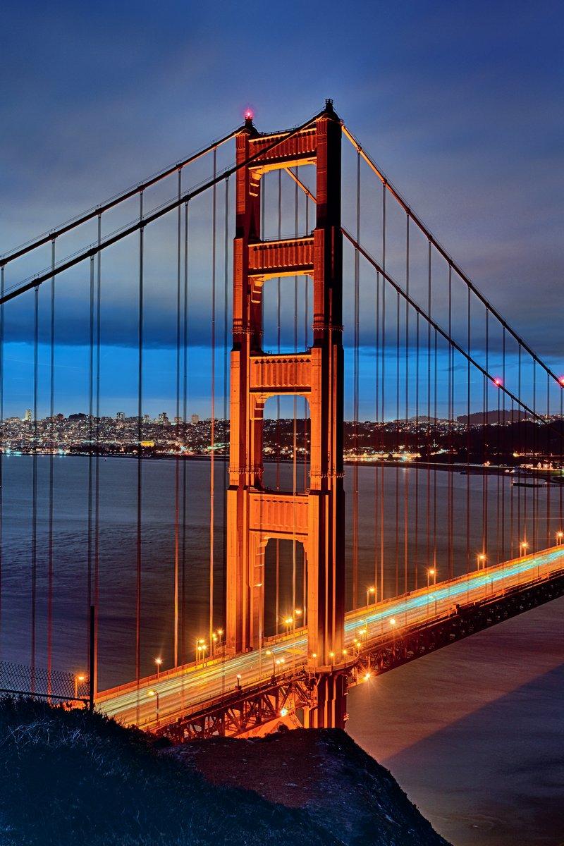 Постер Сан-Франциско Знаменитый Мост золотые Ворота на ночьСан-Франциско<br>Постер на холсте или бумаге. Любого нужного вам размера. В раме или без. Подвес в комплекте. Трехслойная надежная упаковка. Доставим в любую точку России. Вам осталось только повесить картину на стену!<br>