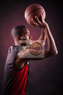Постер Спорт Портрет молодого мужчины баскетболист, против черных backgr, 20x30 см, на бумагеБаскетбол<br>Постер на холсте или бумаге. Любого нужного вам размера. В раме или без. Подвес в комплекте. Трехслойная надежная упаковка. Доставим в любую точку России. Вам осталось только повесить картину на стену!<br>