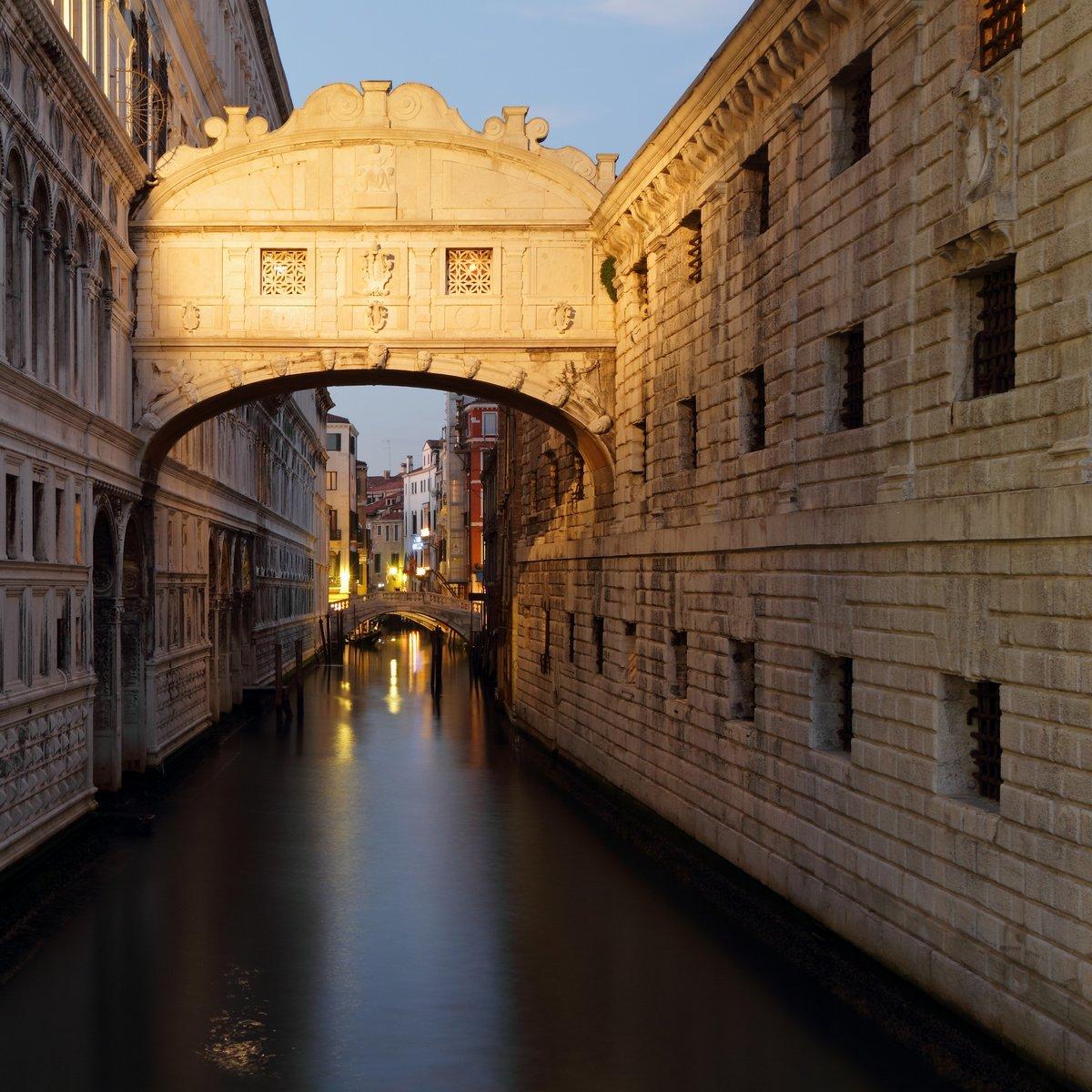 Постер Венеция Замечательный закат над Мост ВздоховВенеция<br>Постер на холсте или бумаге. Любого нужного вам размера. В раме или без. Подвес в комплекте. Трехслойная надежная упаковка. Доставим в любую точку России. Вам осталось только повесить картину на стену!<br>