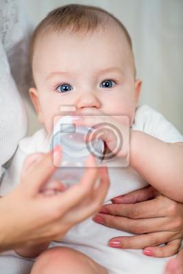 Постер Мать кормления молоком своих младенцев из бутылкиДети<br>Постер на холсте или бумаге. Любого нужного вам размера. В раме или без. Подвес в комплекте. Трехслойная надежная упаковка. Доставим в любую точку России. Вам осталось только повесить картину на стену!<br>