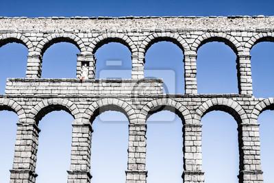 Постер Испания Знаменитый древний акведук в Сеговии, Castilla y Leon, ИспанияИспания<br>Постер на холсте или бумаге. Любого нужного вам размера. В раме или без. Подвес в комплекте. Трехслойная надежная упаковка. Доставим в любую точку России. Вам осталось только повесить картину на стену!<br>