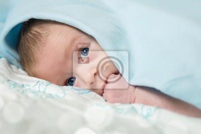 Постер Прелестный ребенок с голубыми глазамиДети<br>Постер на холсте или бумаге. Любого нужного вам размера. В раме или без. Подвес в комплекте. Трехслойная надежная упаковка. Доставим в любую точку России. Вам осталось только повесить картину на стену!<br>
