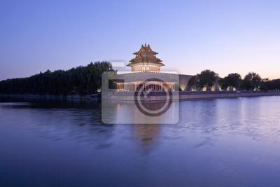 Постер Пекин Башни запретный город в сумерках в Пекине,КитайПекин<br>Постер на холсте или бумаге. Любого нужного вам размера. В раме или без. Подвес в комплекте. Трехслойная надежная упаковка. Доставим в любую точку России. Вам осталось только повесить картину на стену!<br>