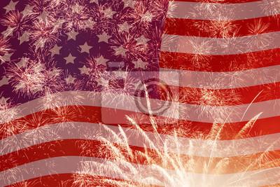 Постер Фейерверк над флага Соединенных ШтатовФлаг США<br>Постер на холсте или бумаге. Любого нужного вам размера. В раме или без. Подвес в комплекте. Трехслойная надежная упаковка. Доставим в любую точку России. Вам осталось только повесить картину на стену!<br>