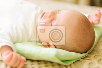 Постер Милые новорожденного ребенка спать в постелиДети<br>Постер на холсте или бумаге. Любого нужного вам размера. В раме или без. Подвес в комплекте. Трехслойная надежная упаковка. Доставим в любую точку России. Вам осталось только повесить картину на стену!<br>