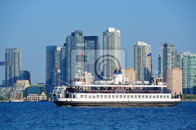 Постер Торонто Торонто skyline с лодки, городская архитектура и синее небоТоронто<br>Постер на холсте или бумаге. Любого нужного вам размера. В раме или без. Подвес в комплекте. Трехслойная надежная упаковка. Доставим в любую точку России. Вам осталось только повесить картину на стену!<br>