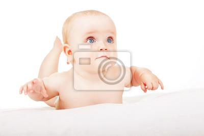 Постер Заинтересованы ребенок лежит на белой тканиДети<br>Постер на холсте или бумаге. Любого нужного вам размера. В раме или без. Подвес в комплекте. Трехслойная надежная упаковка. Доставим в любую точку России. Вам осталось только повесить картину на стену!<br>