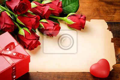 Постер Праздники Валентина кадр с красными розами и старинные бумаги, 30x20 см, на бумаге02.14 День Святого Валентина (День всех влюбленных)<br>Постер на холсте или бумаге. Любого нужного вам размера. В раме или без. Подвес в комплекте. Трехслойная надежная упаковка. Доставим в любую точку России. Вам осталось только повесить картину на стену!<br>