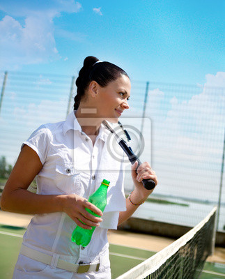 Постер Большой теннис Молодая женщина на Теннисный корт Большой теннис<br>Постер на холсте или бумаге. Любого нужного вам размера. В раме или без. Подвес в комплекте. Трехслойная надежная упаковка. Доставим в любую точку России. Вам осталось только повесить картину на стену!<br>