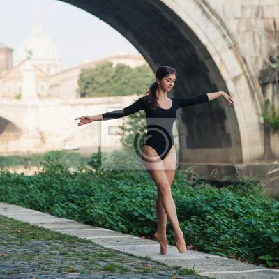 Постер Деятельность Молодая, красивая балерина танцует под замок Сан-Анджело мост, 20x20 см, на бумагеБалет<br>Постер на холсте или бумаге. Любого нужного вам размера. В раме или без. Подвес в комплекте. Трехслойная надежная упаковка. Доставим в любую точку России. Вам осталось только повесить картину на стену!<br>