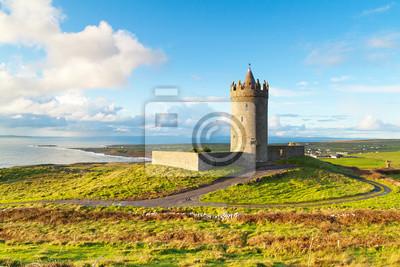Постер Страны Doonegore замок в Doolin, Ирландия, 30x20 см, на бумагеИрландия<br>Постер на холсте или бумаге. Любого нужного вам размера. В раме или без. Подвес в комплекте. Трехслойная надежная упаковка. Доставим в любую точку России. Вам осталось только повесить картину на стену!<br>