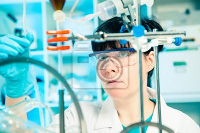 Постер Промышленность Научный сотрудник холдинга в жидкий раствор в лаборатории, 30x20 см, на бумагеХимическая промышленность<br>Постер на холсте или бумаге. Любого нужного вам размера. В раме или без. Подвес в комплекте. Трехслойная надежная упаковка. Доставим в любую точку России. Вам осталось только повесить картину на стену!<br>