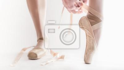 Постер Деятельность Балерина подготовке ее обувь для танцев, 36x20 см, на бумагеБалет<br>Постер на холсте или бумаге. Любого нужного вам размера. В раме или без. Подвес в комплекте. Трехслойная надежная упаковка. Доставим в любую точку России. Вам осталось только повесить картину на стену!<br>