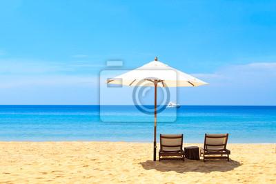 Постер Пейзаж морской Кровати и зонтик на пляжеПейзаж морской<br>Постер на холсте или бумаге. Любого нужного вам размера. В раме или без. Подвес в комплекте. Трехслойная надежная упаковка. Доставим в любую точку России. Вам осталось только повесить картину на стену!<br>