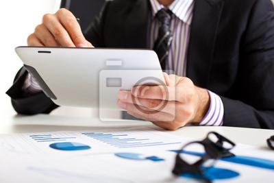 Постер Деятельность Бизнесмен с помощью планшета во время деловой встречи, 30x20 см, на бумагеБизнес<br>Постер на холсте или бумаге. Любого нужного вам размера. В раме или без. Подвес в комплекте. Трехслойная надежная упаковка. Доставим в любую точку России. Вам осталось только повесить картину на стену!<br>