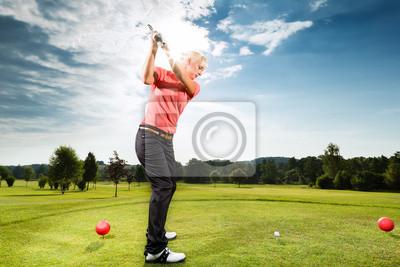 Постер Гольф Молодым игроком гольфа на курс делает гольф качелиГольф<br>Постер на холсте или бумаге. Любого нужного вам размера. В раме или без. Подвес в комплекте. Трехслойная надежная упаковка. Доставим в любую точку России. Вам осталось только повесить картину на стену!<br>