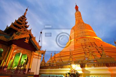 Постер Мьянма (Бирма) Shwedagon Paya, Yangoon, Мьянма.Мьянма (Бирма)<br>Постер на холсте или бумаге. Любого нужного вам размера. В раме или без. Подвес в комплекте. Трехслойная надежная упаковка. Доставим в любую точку России. Вам осталось только повесить картину на стену!<br>